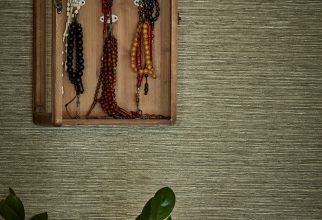 SieMatic Classic BeauxArts kitchen in Magnolia White Matte finish, Quartz worktops, Siemens appliances, medium Timber flooring, taupe glass splashback, Silk reed wallpaper, Hand Made Rug. Turkish inspired, traditional and modern open plan kitchen. Kitchen inspiration, designed by Grid Thirteen Luxury Kitchens and Living. Leeds, West Yorkshire.