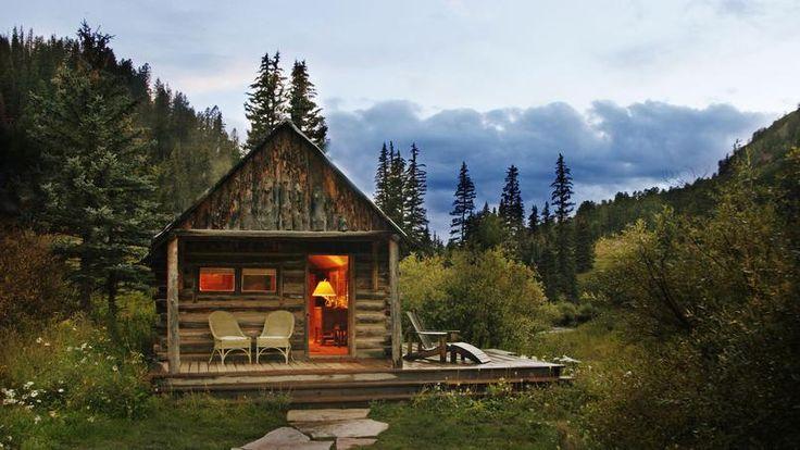Tout en bois, le cabanon Dolorès de Dunton Springs est niché au coeur des montagnes Rocheuses, dans l'État du Colorado (États-Unis).