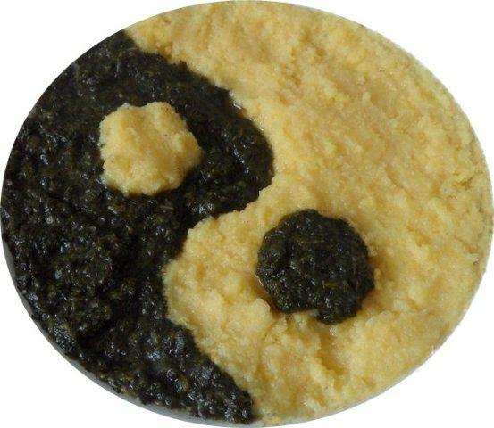 El circulo YIN E YANG hecho por espinaca y polenta