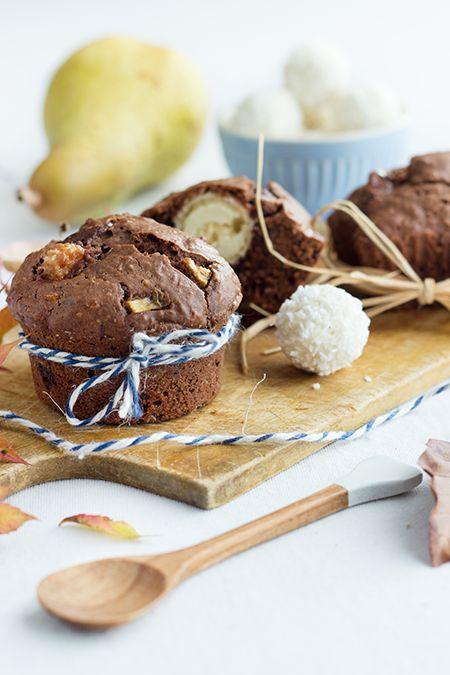Schoko-Muffins mit Birnenstücke. Aufgepeppt durch Kokosraspeln und einen Raffaello-Kern. Einfach & schnell gemacht und besonders toll für Partys.