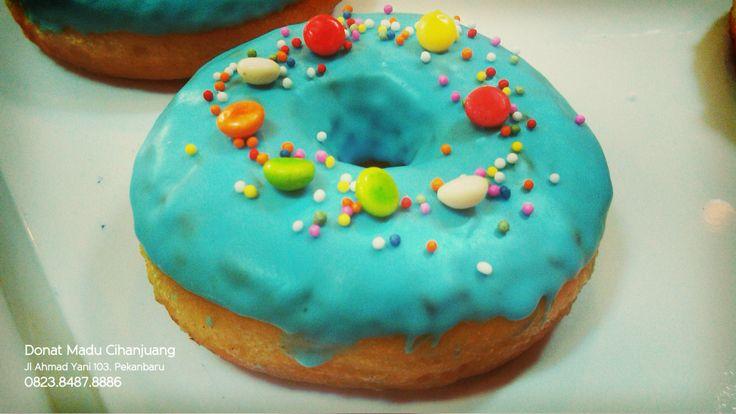 Blue Barleymint : Topping biru dengan keping coklat warna warni | Donat Madu Pekanbaru  1 pc Rp 4,000 6 pcs Rp 23,000 12 pcs Rp 45,000  Donat Madu Cihanjuang Jl Ahmad Yani 103. Pekanbaru 0823 8487 8886