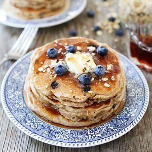 50% korting! Ze zijn o-ver-heerlijk in smoothies, in een crumble, met wat Griekse yoghurt en granola of zelfs in een hartige salade. En bovendien zijn blauwe bessen über gezond. Kweek deze kleine vitaminebommetjes voortaan gewoon zelf en snoep er van wanneer je maar wil. De plantjes koop je nu aan de helft van de prijs via Shedeals. #blueberries #healthy #breakfast #onlinedeals #deals