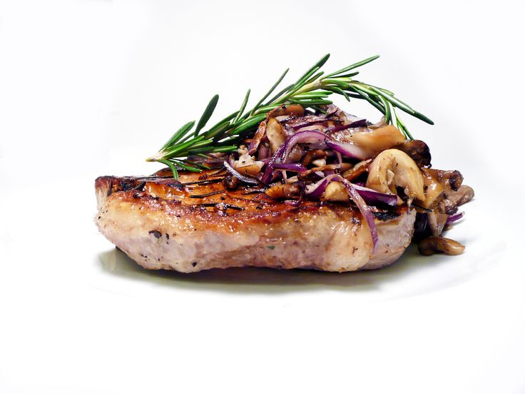 Steak z vepřové kotlety s restovanou hlívou ústřičnou a červenou cibulí U Kaštanů Jarov! http://www.ukastanu.cz/jarov #ukastanujarov
