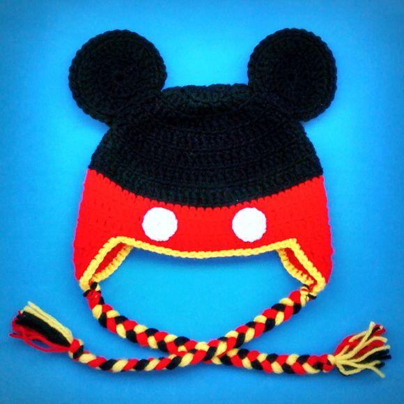 """Touca de crochê do Mickey, o personagem da Disney preferido das crianças.    O preço anunciado é para touca no tamanho de 4 a 10 anos (serve em crianças com cabeça de 50 a 54 cm de circunferência). Para toucas em outros tamanhos, procure nos álbuns """"Toucas Tamanhos BABY"""" e """"Toucas Tamanho ADULTO"""".    A touca pode ser feita com linha de ALGODÃO (verão) ou de ACRÍLICO (inverno).    * Na hora da finalizar a compra abre um espaço para você colocar os comentários ao vendedor. Nesse local você ..."""
