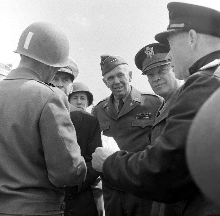 Le 12 juin 1944, sur la plage du Ruquet à Saint Laurent sur Mer, secteur Omaha. Au premier plan un groupe d'officiers, on reconnaît de gauche à droite: de dos: le Lt. Gen. Omar N. Bradley, commandant la First Army US (étoiles dur les épaules censurées) casquette blanche: l'Admiral Ernest J. King, Chief of Naval Operations (commandant l'US Navy) GI inconnu calot quatre étoiles: le General of the Army George C. Marshall, Army Chief of Staff (chef d'état-major général US) le Gene...