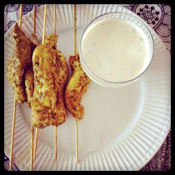 Brochetas de porro al curry con salsa de yoghurt