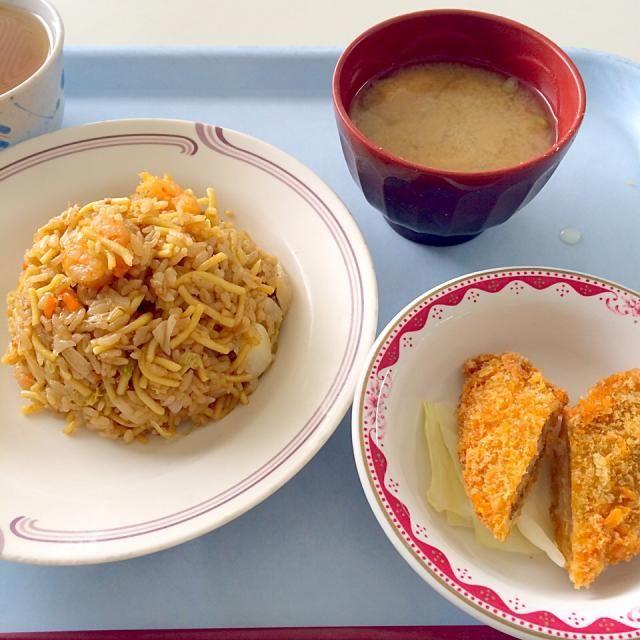 とある社食で昼ゴハン 彩り悪いな… - 15件のもぐもぐ - そばめし、サーモンフライ、味噌汁(大根、しめじ、うすあげ) by maixx ใหม่