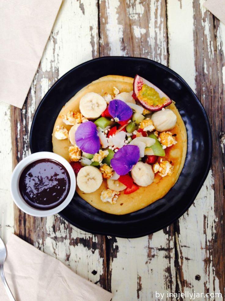 herrlich fluffiger Pfannkuchen mit frischen Früchten und Schokosauce   Barcelona für Foodies - Frühstück im Brunch & Cake
