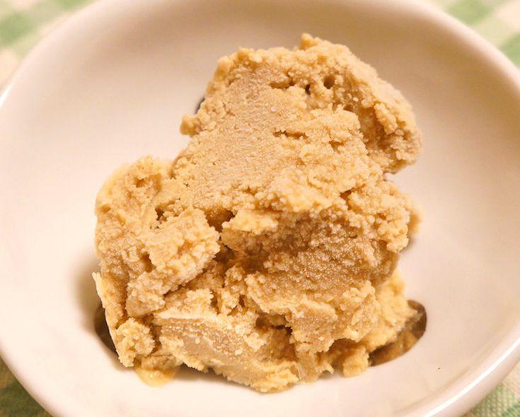 ルクマ 効能・効果と食べ方 | スーパーフード《Super Foods》 《 ルクマパウダーの手軽なお召し上がり方 》 ★ほんのりと甘みのある素朴な味。ヨーグルトやスムージーに混ぜたり、アイスクリーム・ムースなどのデザートやクッキー・ケーキなどの焼き菓子の材料としても。  ★乳製品も砂糖も卵も不使用、スーパーフードのルクマを使ったクリーミーで美味しいアイス 《 乳製品・砂糖不使用 ルクマアイス 》 ●材料(作りやすい量)◎カシューナッツ・・・1カップ(90g) ◎水・・・1/2カップ ◎ルクマパウダー・・・大さじ2 ◎ステビア・・・2滴 ◎天然塩・・・ひとつまみ ●作り方 ❶カシューナッツをフードプロセッサーに入れ、細かくなるまで少しずつ回していく。 ❷①に水を加えてさらに回し、全体が混ざったら、ルクマパウダー、ステビア、塩を加えてなめらかになるまで回す。 ❸②を容器に入れて冷凍庫へ入れ、1時間ごとに混ぜ固まったら出来上がり。