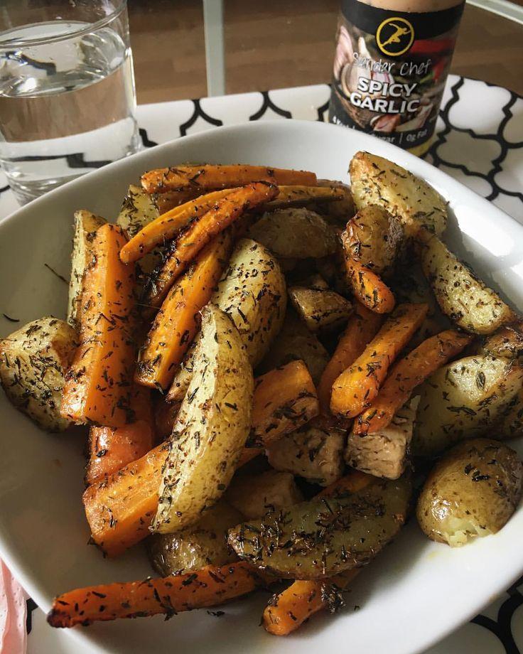 (@jeninghan) någonstans under ugnsstekt potatis/morötter finns det vitlöksstekta kycklingbitar. Om jag kunde skulle jag bjuda alla på det här - det var så otroligt gott! #biggestloser - Ingen olivolja, använder spray; PAM. & detta är timjan och vitlök. Kyckling är stekt i vatten, lite lime och vitlök.