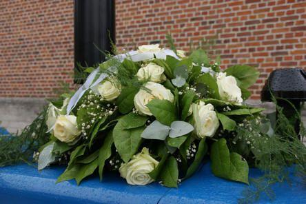 Bloemstuk op ceremoniewagen voor huwelijk zelf maken met auto-rondella. - bloemschikken huwelijk of trouwfeest