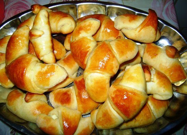 Reteta culinara Cornuri pufoase cu branza din categoria Piine. Specific Turcia. Cum sa faci Cornuri pufoase cu branza