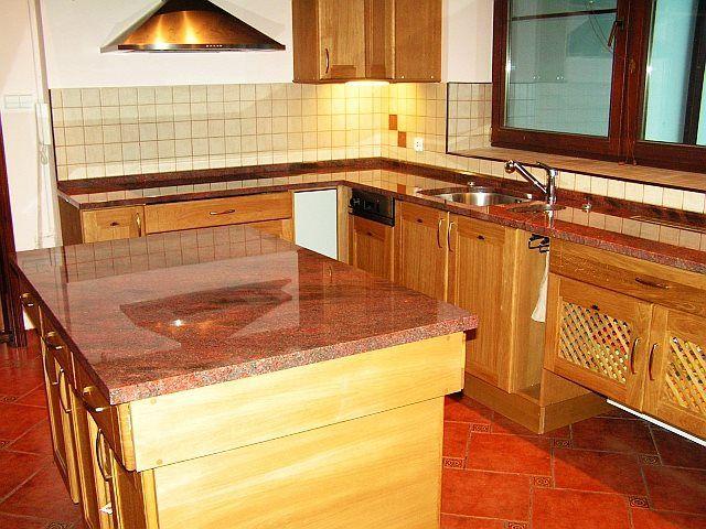 Blaty kuchenne wykonane z brazylijskiego granitu, podwieszane zlewozmywaki, cokoliki i blat grzewczy wpuszczany na równo z blatem kuchennym.