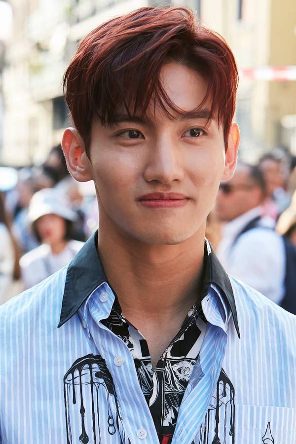 Messy Parted Light Bangs Koreanische Frisur Auf Der Suche Nach Den Frischesten Ideen Fur Koreanische In 2020 Two Block Haircut Korean Men Hairstyle Korean Hairstyle