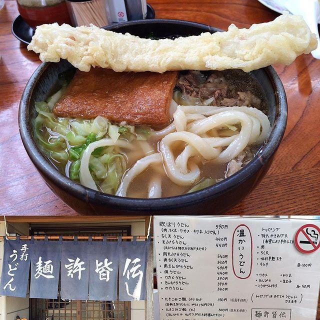・ 麺許皆伝(めんきょかいでん) ・ 山梨県富士吉田市の郷土料理、吉田のうどん✨ 硬くてコシが非常に強い麺が特徴です😙 ・ 🗻欲張りうどん 肉、ちくわ天、わかめ、キツネ(油揚げ)入りの、いわゆる全部乗せです✨ このお店は、吉田うどんの特徴である硬めの麺よりもちょっと柔らかく、ツルツルもちもちして食べやすい👍 ・ ダシは醤油と味噌のミックスで、あっさりしてて美味しいです🤣 欲張りうどんと言うだけあって、とにかく具が多い🙀 でも、このボリューム感がたまりませんね〜🤣 お腹いっぱいになれますよ‼️ ・ ・ #お気に入りの蔵出し  #麺許皆伝 #吉田うどん #吉田のうどん #うどん #うどん部 #ちくわ #肉 #きつね #わかめ #キャベツ #だし #出汁 #醤油 #味噌 #麺 #noodles #udon #富士吉田
