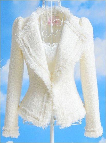 Musa de Portobello se asocia con diseñadores locales a través de la charca para crear uno de una clase chaqueta inspiración Chanel.  El blazer es una mezcla de algodón/lana con un gran detalle de solapa y fringe. La chaqueta tiene un cierre de botón en la parte delantera. Esta chaqueta va de día a noche y es una manera hermosa de vestir pantalones vaqueros o añadir estilo a un LBD y desgaste a través de las estaciones del año!  La chaqueta se hace a pedido.  ❤Please especifica su tamaño…