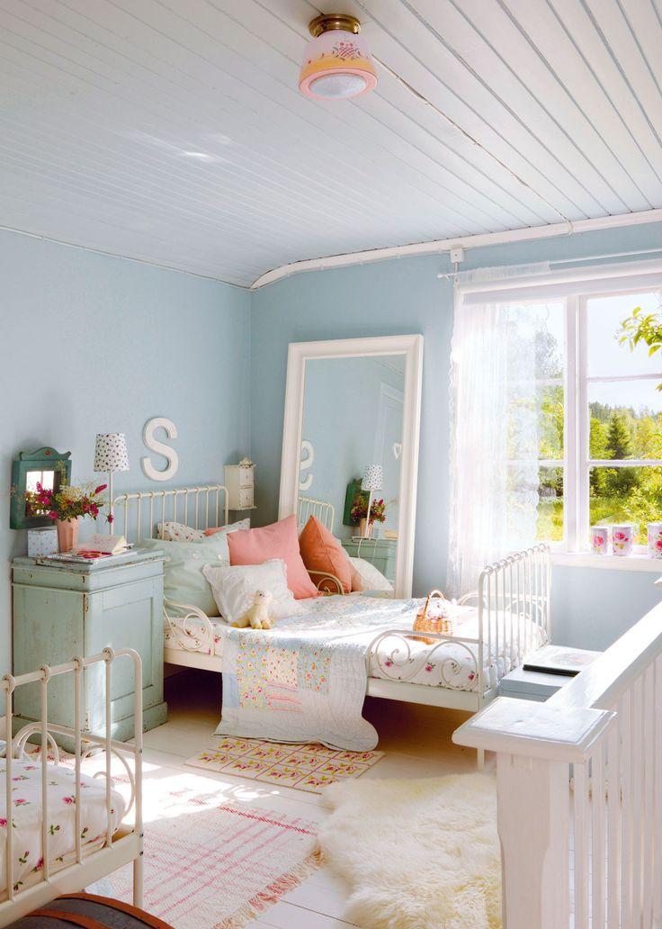 dormitorio infantil decorado en azul rosa y blancow00351853