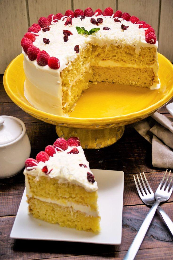 Prepara este rico pastel de tres leches con rompope y sorprende a tu familia y amigos. Tiene una textura esponjosa y un rico e intenso sabor a rompope. Es muy fácil de hacer y es perfecto para cualquier ocasión.