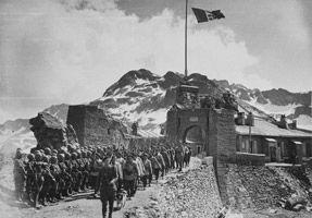 Soldati del Battaglione Aosta rendono gli onori alla guarnigione francese imbattuta Forte della Traversette, Savoia, 3 luglio 1940 #TuscanyAgriturismoGiratola