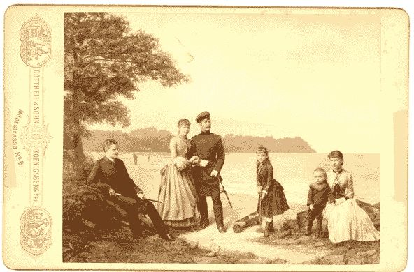 Anlässlich ihrer Silberhochzeit 1885 wurde ein schönes Familienfoto der Peter-Kinder am Ostseestrand aufgenommen, in dem der große Altersunterschied der Geschwister ersichtlich ist. Von links nach rechts: Waldemar, * 1864, als junger Arzt; Elise, * 1861, mit ihrem Mann Paul Tupschöwski; Gertrud, * 1874; Carl junior, * 1880; und Charlotte, * 1870, später verheiratete Lemmel.