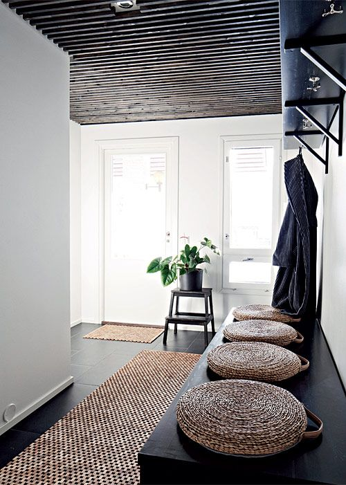 Selkeä pukuhuone. Pukuhuoneesta on käynti takaterassille. Seinähylly on mittatilaustyötä, ja penkki toimii myös säilytyskalusteena. Ikean jakkara maalattiin mustaksi. | Kaupunkilainen savusauna | Koti ja keittiö