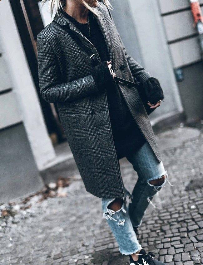 Manteau droit à carreaux masculin   jean déchiré = le bon mix (manteau Sézane - photo Jacqueline Mikuta)