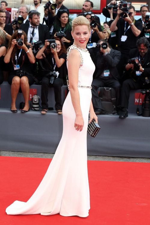 Elizabeth Banks en robe longue blanche Dolce & Gabbana sur-mesure