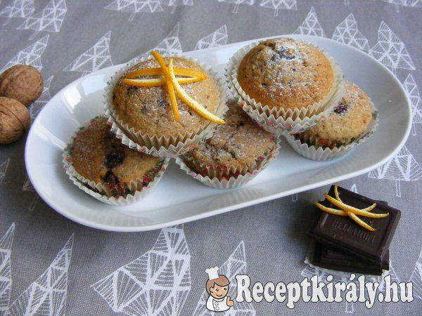 Fűszeres diós muffinHozzávalók: (24 közepes vagy 12 nagy muffinhoz)20 dkg liszt 20 dkg cukor 10 dkg mazsola 10 dkg darált dió 1 dl olaj 2 tojás 2 dl tej 1 csomag vaníliás cukor 1 tk. fahéj 1/2 kk. őrölt szegfűszeg
