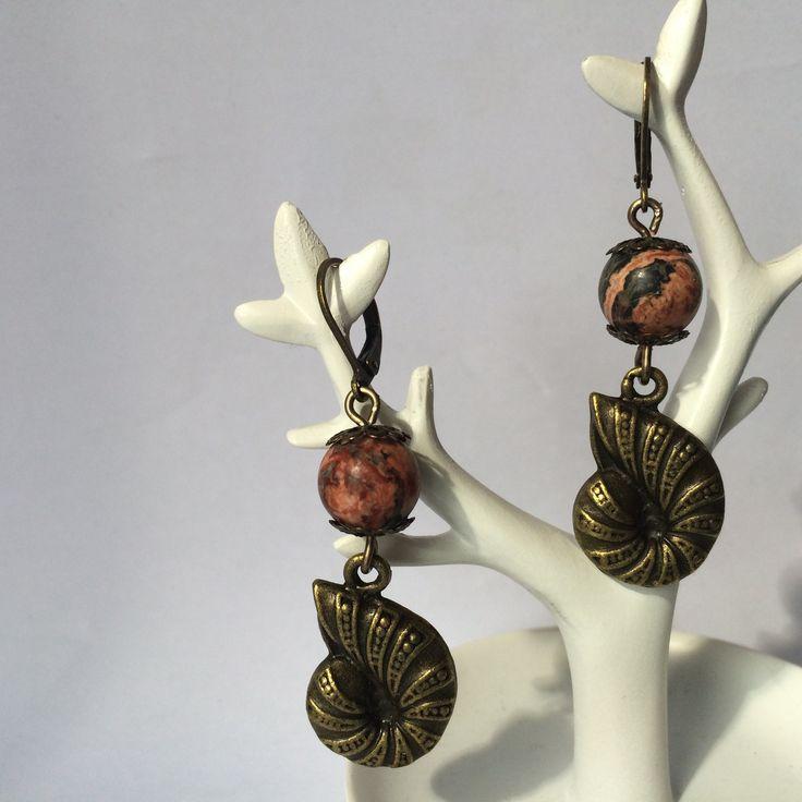 Boucles d'oreilles dormeuse bronze breloque coquillage style steampunk et perle de gemme brique et noire : Boucles d'oreille par alterperles