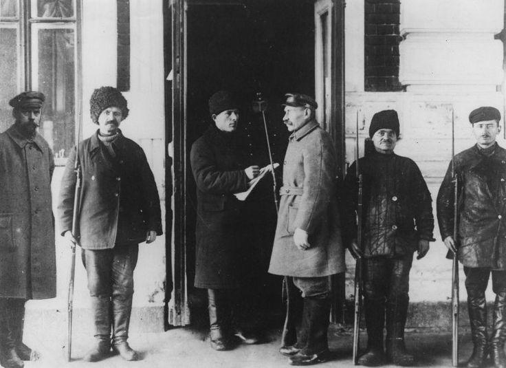 Красногвардейцы на посту у Саратовского вокзала, октябрь 1917