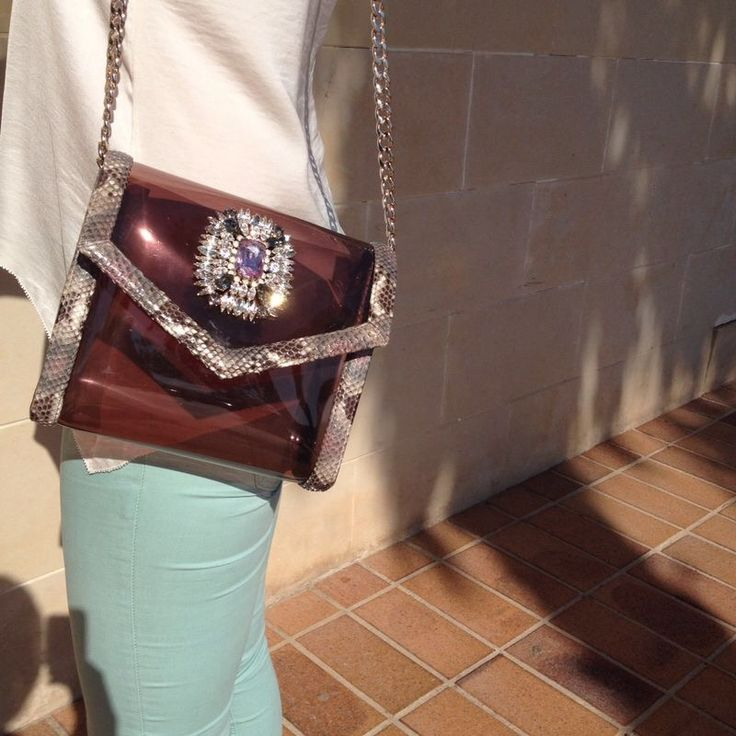 Liz · Bandolera Vinilo con ribete en piel de pitón. Broche con piedras Swarovski y piedras preciosas. Fabricado en España http://www.lugadashoesandbags.com/