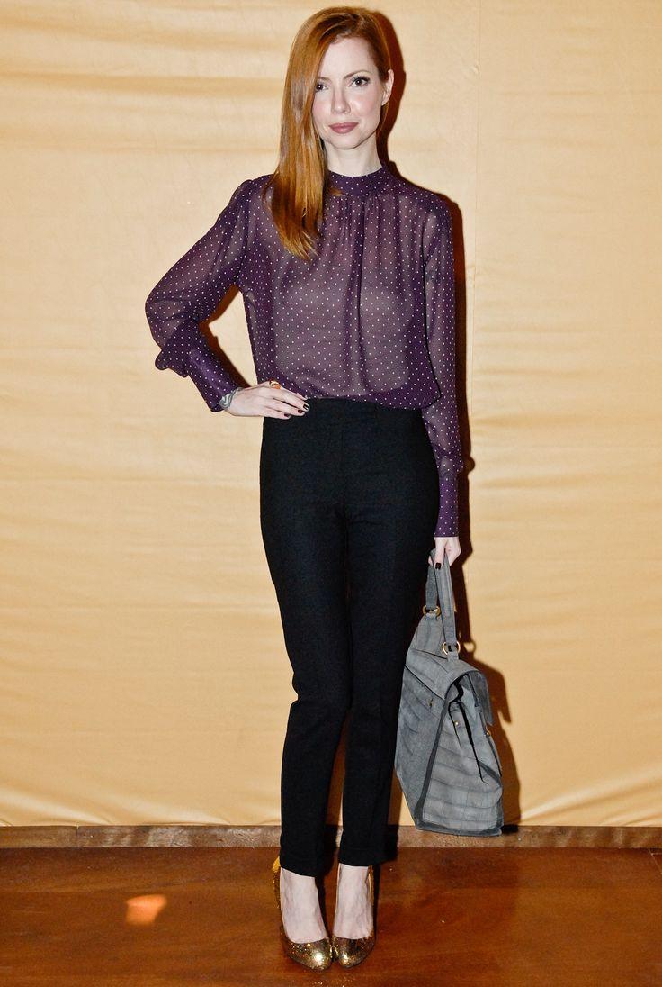 Blusa transparente no trabalho, deve ser sempre usada com uma segunda peça por baixo que cubra o corpo! Mistura boa essa da camisa roxa com o sapato dourado <3