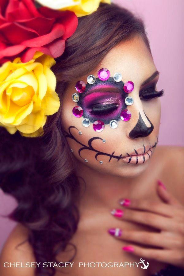 Ya se acerca el día de muertos y te presentamos una galería con fotografías del maquillaje de catrines. Celebra el día de muertos con nosotros.