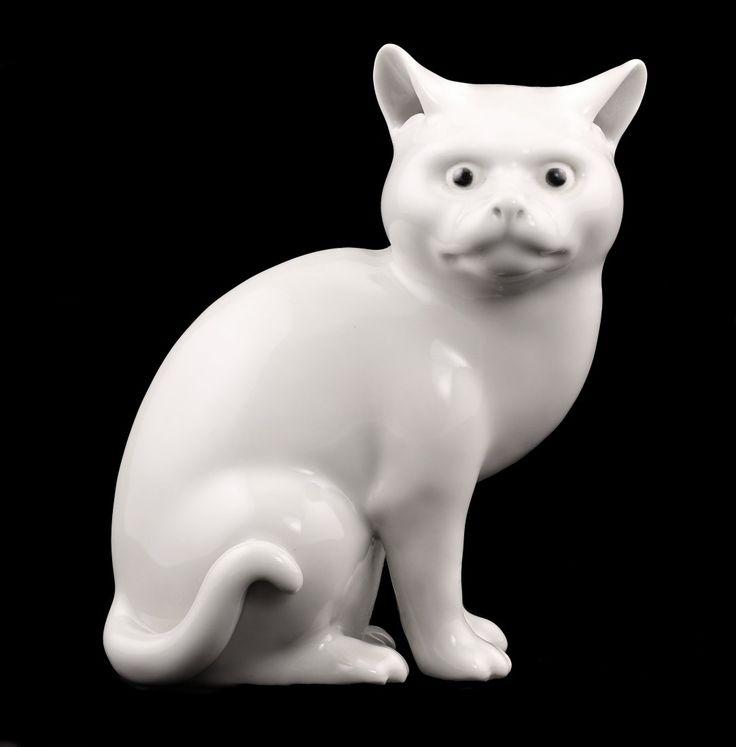 """Белый фарфор фигура сидящего кота , покрытый сливочным белой глазурью. Кошка фигура, как  говорится в китайской легенде, чтобы предотвратить несчастья бедности. 19-го век. 6 1/4 """"(16 см) в высоту."""