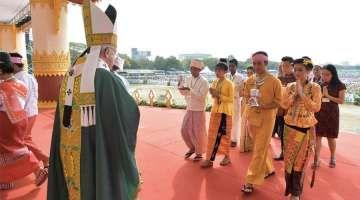 """Papa Francisco: El amor de Cristo revelado en la cruz es como un GPS espiritual 28/11/2017 - 10:56 pm .- En la Misa que presidió en el Kyaikkasan Ground en la ciudad de Rangún en Myanmar, el Papa Francisco afirmó que el amor de Cristo revelado en la cruz """"es como un GPS espiritual""""."""