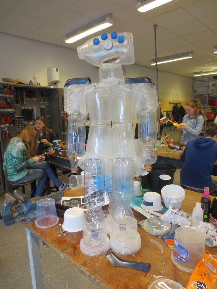 Robot van plastic melkflessen