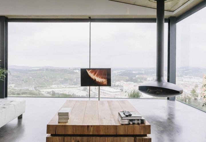 La sala è definita da due lati da pareti vetrate, volte a massimizzare la relazione tra architettura e natura. Uno scenografico camino a sospensione di Gyrofocus scalda l'ambiente nei mesi freddi