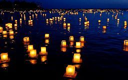drijvende houten lantaarns