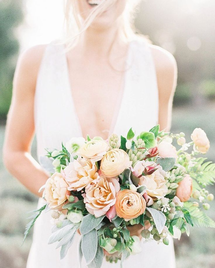 #inspiredby - Love this chic #bohobride look that was part of the inspiration behind today's color palette! Photo by@sallypineraphoto Floral Design by@poppydesigncovia@stylemepretty