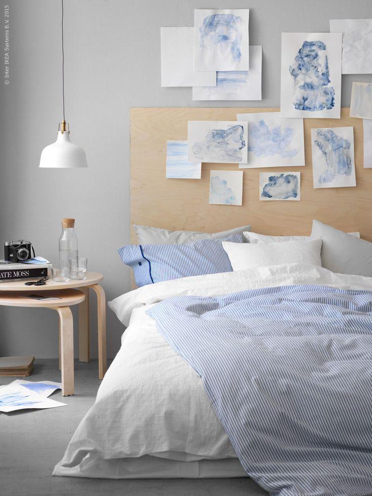 För sommarsvala sovrummet bäddar vi med lätt och luftig bomull i vita och blågrå vattentoner. SVALSTA satsbord i björkfanér, IKEA 365+ karaff med kork, IKEA 365+ glas, RANARP taklampa, NYPONROS påslakan med 1 örngott, OFELIA VASS påslakan med 1 örngott, SÖMNIG örngott.