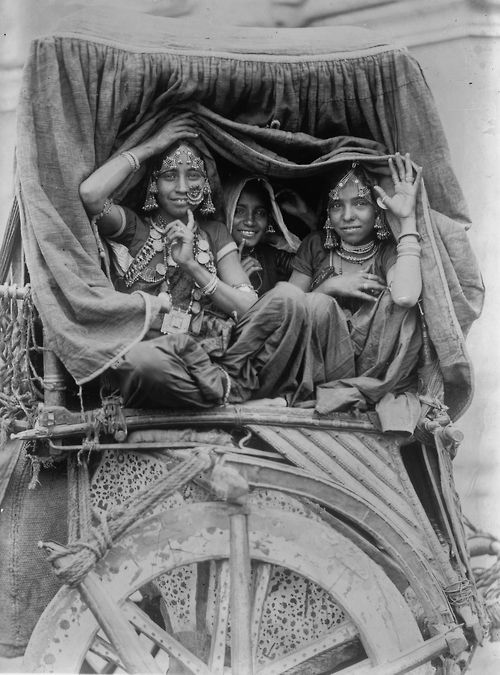 Nautch girls, India, 1922