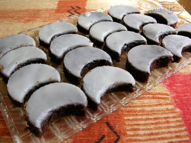 Sú jednoduché a veľmi dobré, šťavnaté. Mám ich od mojej mamky. Vyskúšajte :) 125 gmaslo (margarín)  125 gpráškový cukor  125 gčokoláda na varenie  125 gpolohrubá múka + prášok do pečiva (1/2)  4 ksvajcia Poleva:  300 gpráškový cukor  4 PLrum  podľa potrebyvoda Zmäknuté maslo alebo palmarín, cukor a postrúhanú čokoládu vymiešame do peny. Čokoládu môžeme rozpustiť aj v mikrovlnke. Postupne zašľaháme 4 žĺtka, múku s práškom do pečiva a sneh z bielkov. Cesto natrieme na vymastený a múkou vy