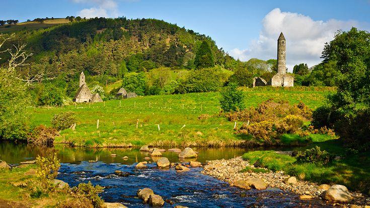 Csak néhány km-re délre fekszik Dublintól Glendalough. A kolostort, amely itt található a VI. században Szent Kevin alapította, egy remete szerzetes, aki kiemelt jelentőségű alakja a hagyományos ír legendának. Glendalough egykor vezető zarándokhely volt Írországban, de továbbra is vonzza a látogatókat a világ minden tájáról...