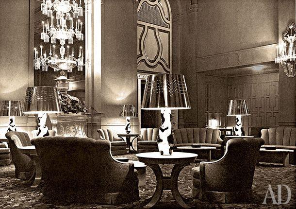 Салон отеля Mark Hopkins в Сан-Франциско (1950). Ковер и диваны в комнате были красные, кресла синие, а лампы золотые.