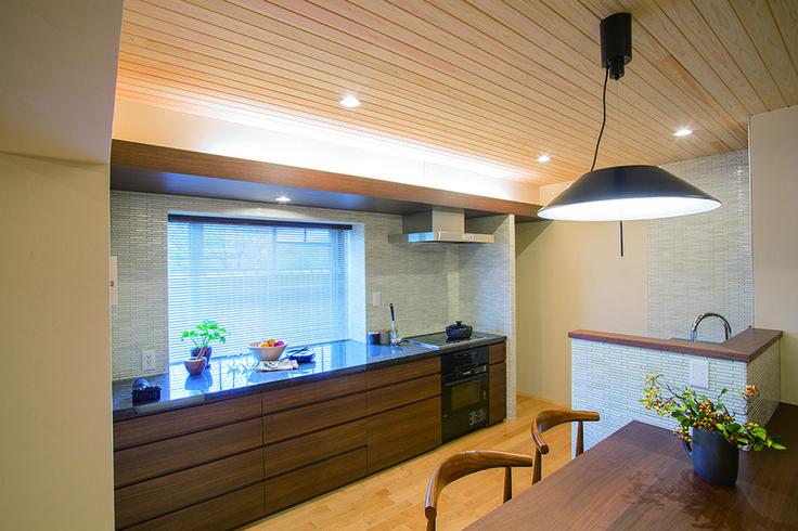 セパレートタイプのオリジナルキッチンと一体成形のダイニングテーブル。大容量の引出し収納も魅力です。|キッチン|インテリア|カウンター|モダン|ダイニング|おしゃれ|壁面収納|ウッド|リフォーム・リノベーション|