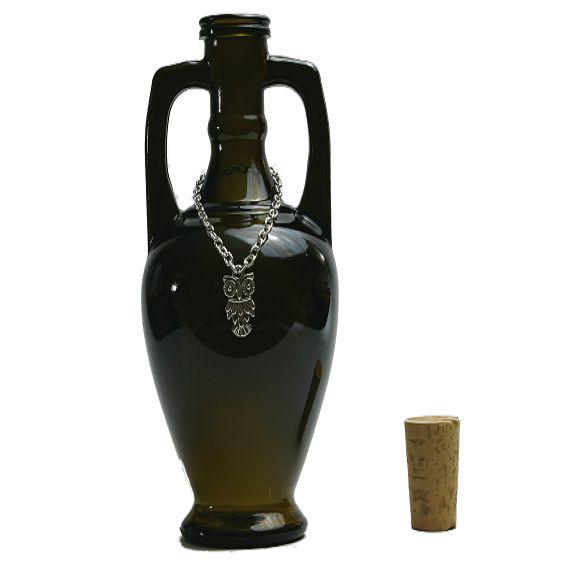 Glazen Amfoor met Uil en kurk - 200 ml. - 15,5 cm.hoog, doorsnede 7 cm.Een Amfoor of Amfora is een kruik met twee oren die onderaan uitloopt in een punt. Amforen werden meestal gebruikt om olie of wijn in te vervoeren en te bewaren, maar ook droge stoffen zoals kruiden en granen. Amforen waren meestal van aardewerk, soms van metaal en slechts zelden van glas. Deze glazen amfoor is gemaakt naar een van die zeldzame antieke voorbeelden.