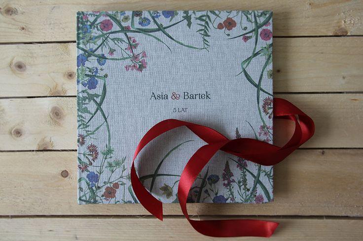 Wiosenna księga gości weselnych z motywem łąki i czerwoną wstążką... piękna pamiątka na długie lata, ale także świetny pomysł na prezent na rocznicę ślubu! :)  Księgę można personalizować - jest dostępna w sklepie internetowym Madame Allure.