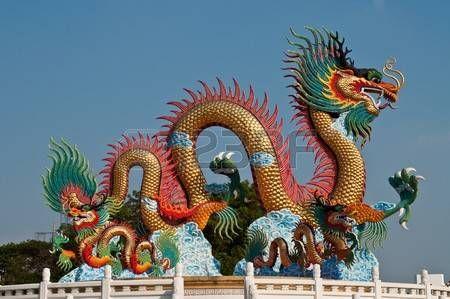 dragon chino: Estatua de dragón en la provincia de Nakhonsawan en Tailandia.