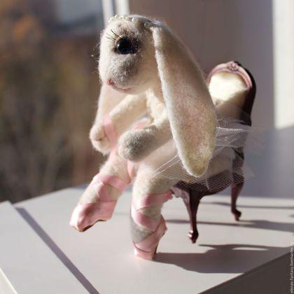 Купить или заказать Зайка-балерина в интернет-магазине на Ярмарке Мастеров. Нежная зайка-балерина завязывает пуанты. Стеклянные глазки с ручной росписью, стульчик ручной работы из дерева и ткани, мягкий, пуантики с кожаной подошвой и атласными лентачками, наряд расшит бисером, кружевной. Зайка станет незабываемым милым подарком учителю танцев от любимых учениц или девочке, занимающейся танцами или просто любящей балеринок.