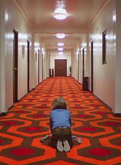 de la novela Docteur Sleep de Stephan King:  Shining (1980) - dirigida por Kubrick. Escena inolvidable. ¿Quién no siente terror ante esta espera de algo desconocido e inmanejable?